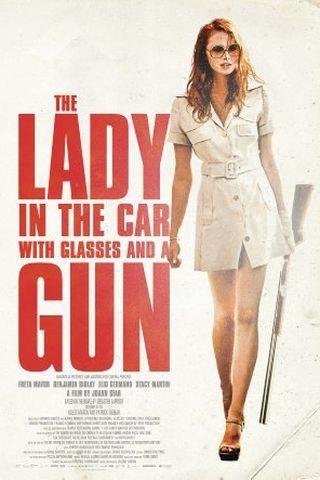 Uma Dama de Óculos Escuros com uma Arma no Carro
